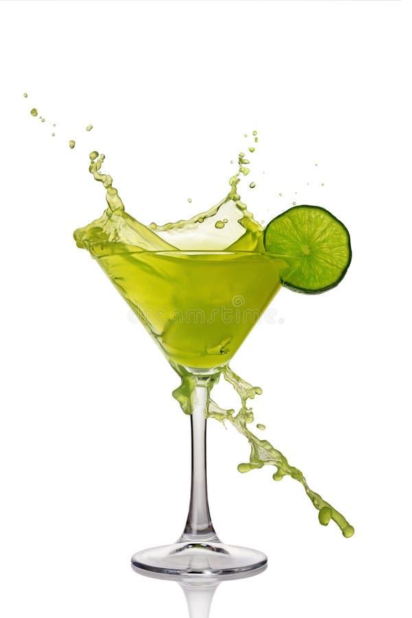 Éclaboussure en verre de boisson alcoolique verte de cocktail avec la chaux photographie stock