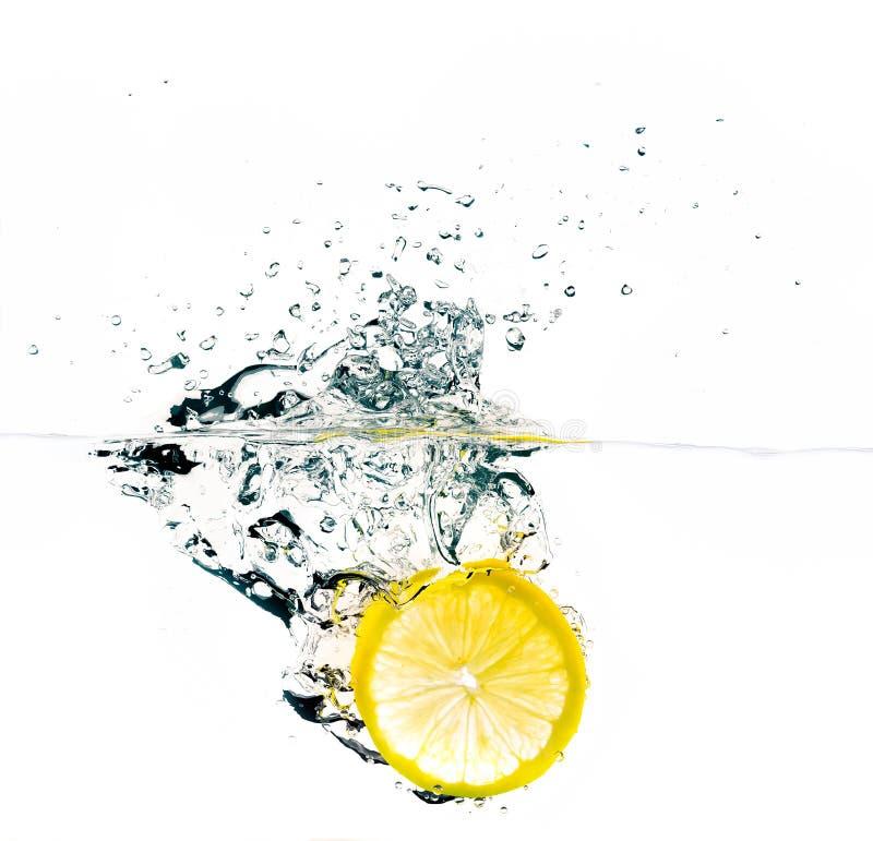 Éclaboussure fraîche de tranche de citron photo libre de droits