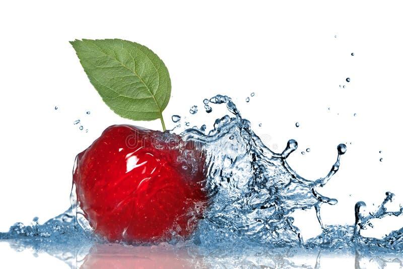 Éclaboussure rouge de pomme et d'eau photos stock