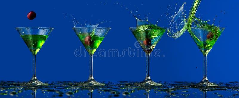 Éclaboussure verte de l'eau dans le verre et la cerise photo stock
