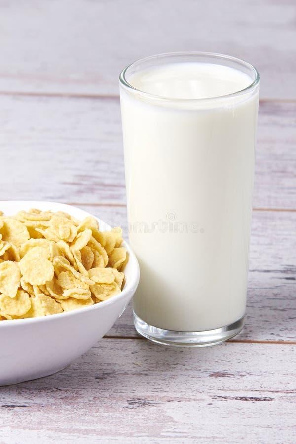 Éclailles avec du lait Petit déjeuner sain utile photos libres de droits