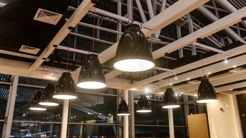 Éclairage accrochant Led dans le bâtiment commercial images libres de droits