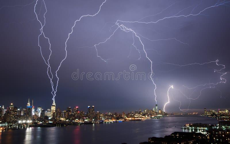 Éclairage au-dessus de Manhattan image libre de droits