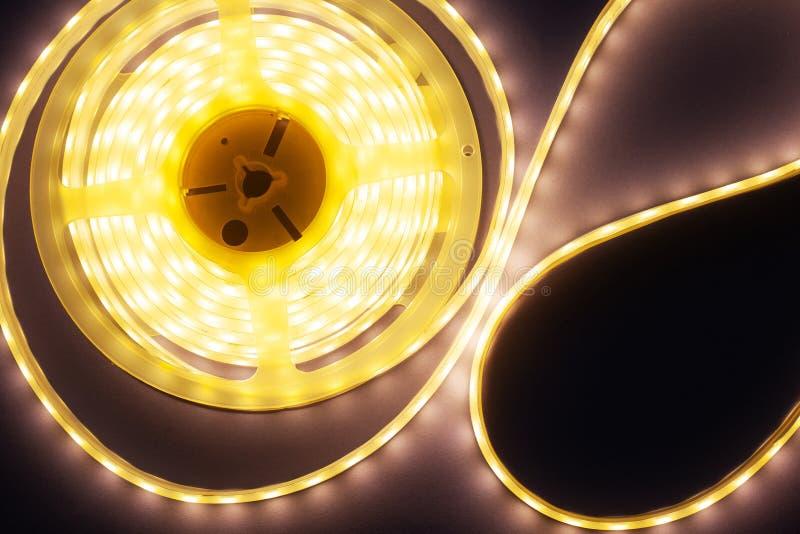 Éclairage décoratif de maison de bande de LED sur une vue supérieure de fond pourpre-rose photo stock
