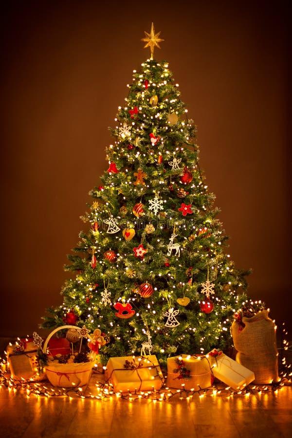 Éclairage d'arbre de Noël dans la nuit, accrocher de décorations de Noël image libre de droits