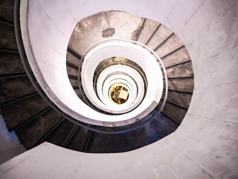Éclairage d'escalier en spirale dans la tour image stock
