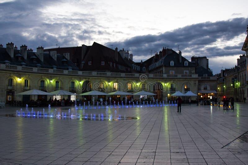 Éclairage de nuit des bâtiments et des fontaines photos libres de droits