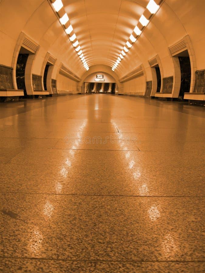 éclairage fluorescent d'or de tunnel de souterrain, personne image stock