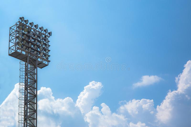 Éclairage ou tour de projecteur de stade sur le ciel et le nuage photos libres de droits