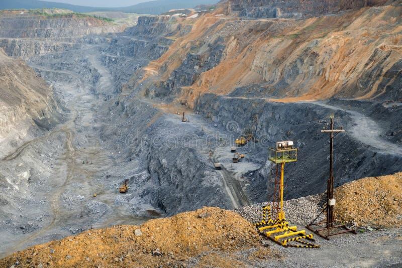 Éclairage provisoire contre le contexte d'une mine à ciel ouvert image stock