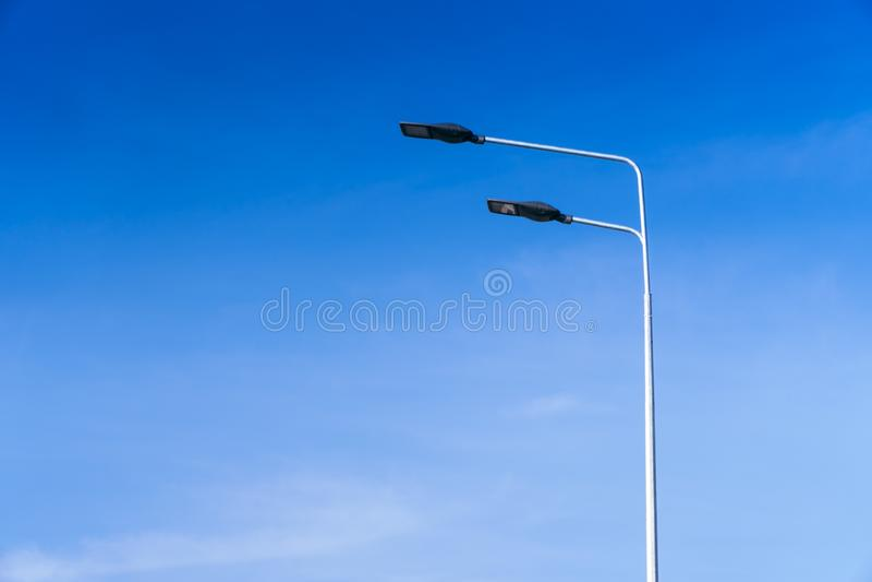 Éclairage routier, soutiens des plafonds avec les lampes menées concept de la modernisation et de l'entretien des lampes, endro images stock