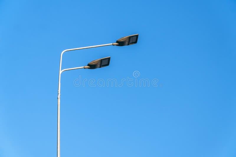 Éclairage routier, soutiens des plafonds avec les lampes menées concept de la modernisation et de l'entretien des lampes, endro image libre de droits
