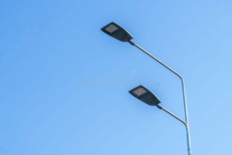 Éclairage routier, soutiens des plafonds avec les lampes menées concept de la modernisation et de l'entretien des lampes, endro photographie stock