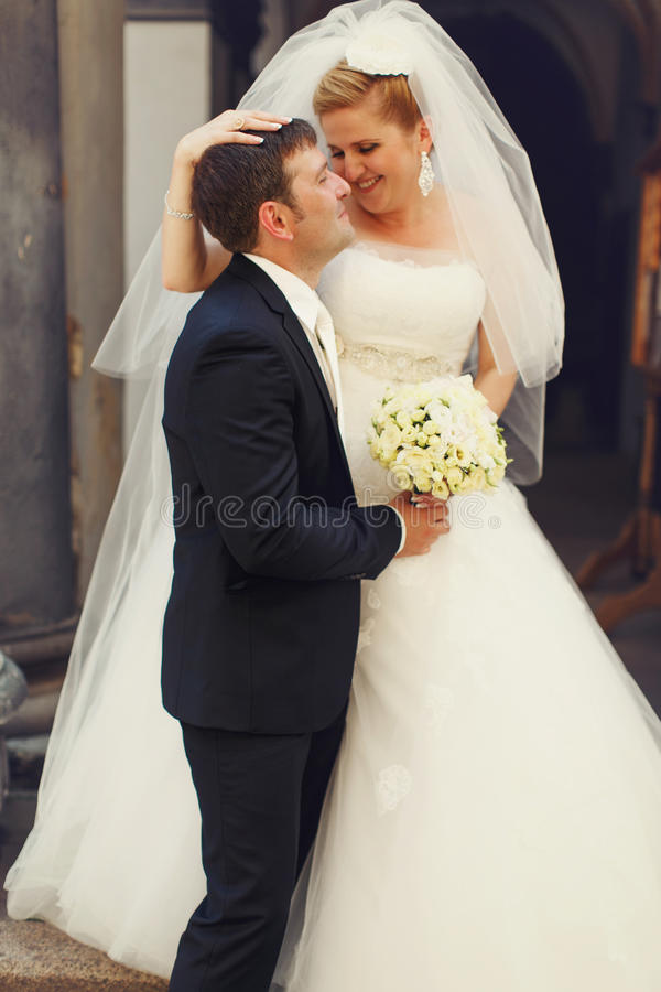 Éclat de bonheur sur des visages de nouveaux mariés photo libre de droits