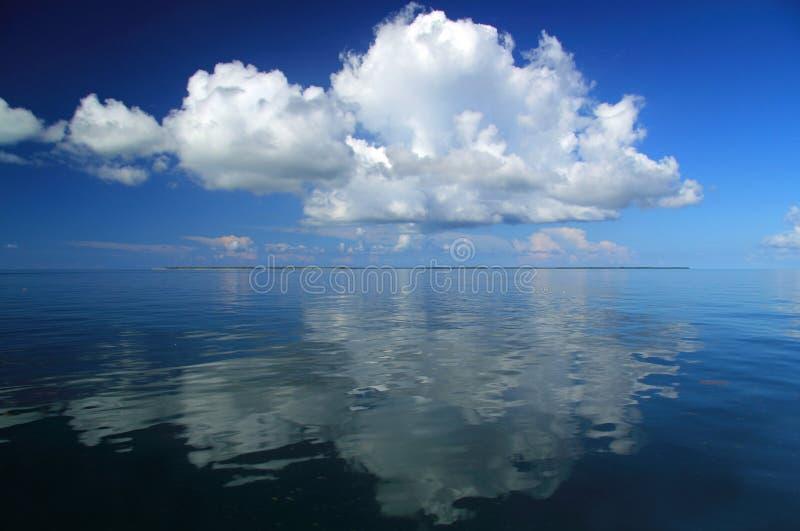 Éclat de nuages au-dessus des clés de Marquesas image libre de droits