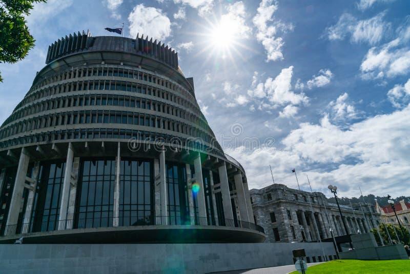 Éclats de Sun au-dessus des bâtiments du parlement de capitale icluding le circ photos libres de droits