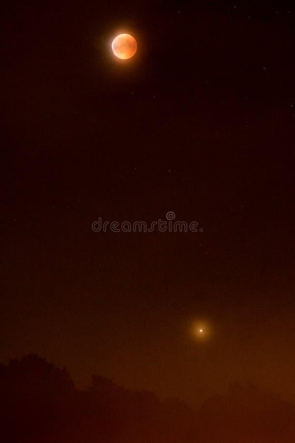Éclipse lunaire avec Mars 2018 - lune de sang et la planète rouge du côté incliné photo stock
