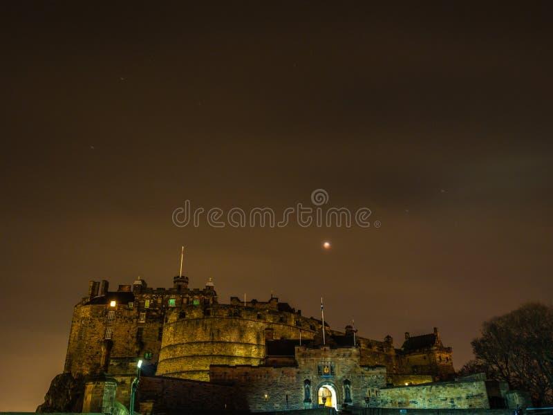 Éclipse lunaire de lune superbe de sang, château d'Edimbourg images stock