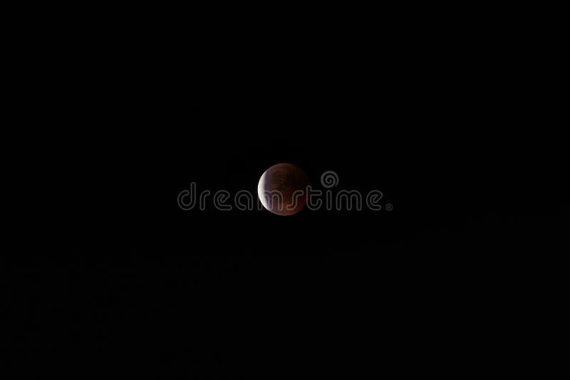 Éclipse lunaire de 27/7/2018 vu des pré-alpes de Lombard dedans ni photo stock