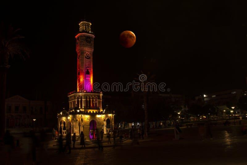 Éclipse lunaire ensanglantée de tour d'horloge d'Izmir photo stock