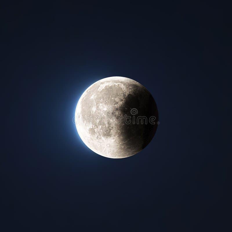 Éclipse lunaire sur le ciel photographie stock