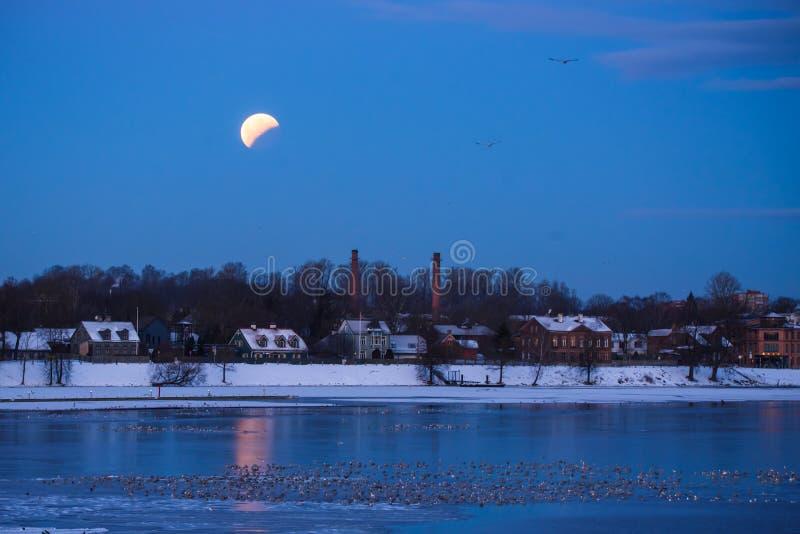 Éclipse partielle en hausse de grande lune de lune après pleine éclipse de lune photos libres de droits