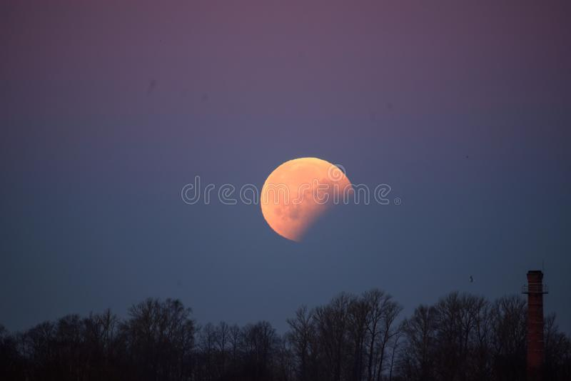 Éclipse partielle en hausse de grande lune de lune après pleine éclipse de lune photo stock