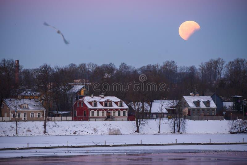 Éclipse partielle en hausse de grande lune de lune après pleine éclipse de lune photographie stock