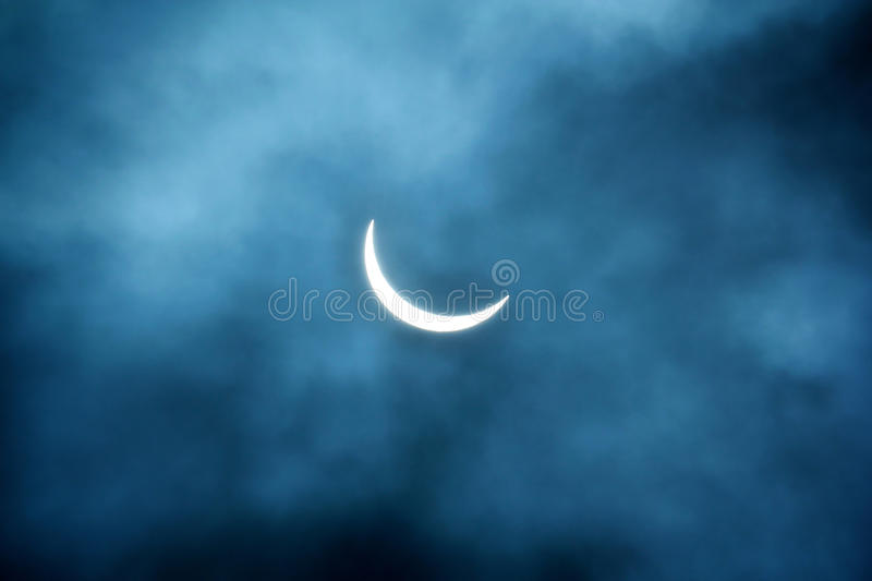 Éclipse solaire partielle 20 03 2015 un jour nuageux Fond scientifique, phénomène astronomique photographie stock