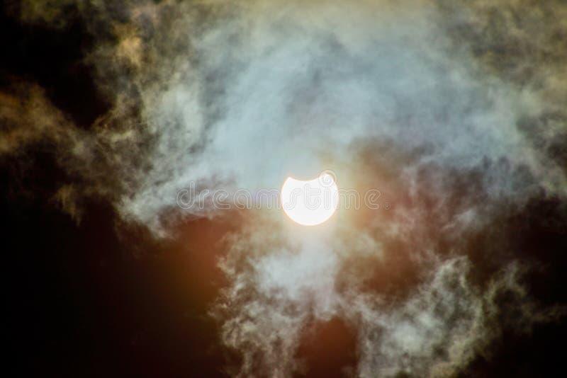 Éclipse solaire un jour nuageux photos stock