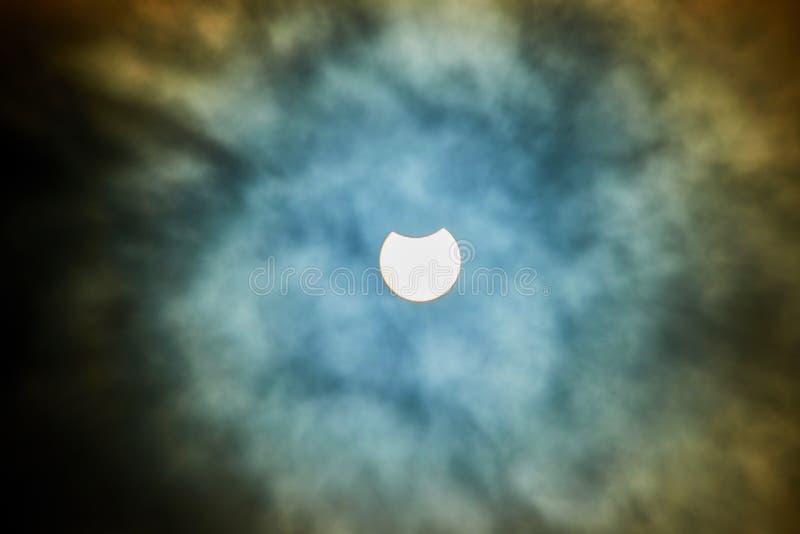 Éclipse solaire un jour nuageux photographie stock libre de droits
