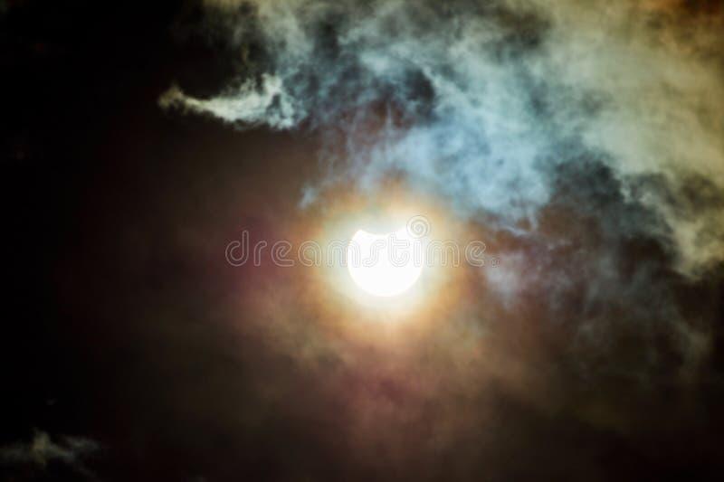 Éclipse solaire un jour nuageux photo stock