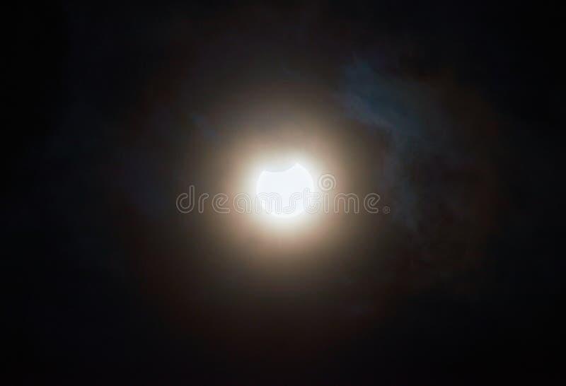 Éclipse solaire un jour nuageux image libre de droits