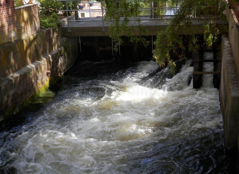 Écluse danoise de voie d'eau avec de l'eau de jaillissement images libres de droits