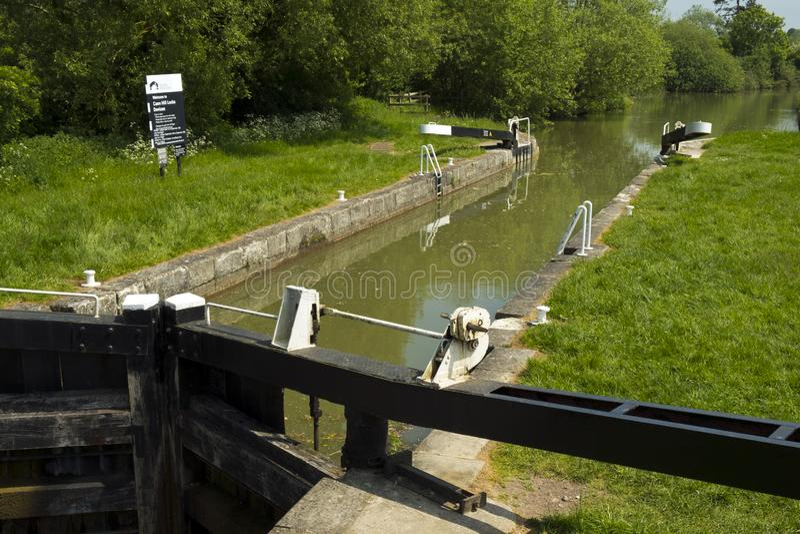 Écluse de Foxhangers inférieurs au début du vol d'écluses de Caen Hill sur le canal Kennet et Avon près de Devizes photographie stock