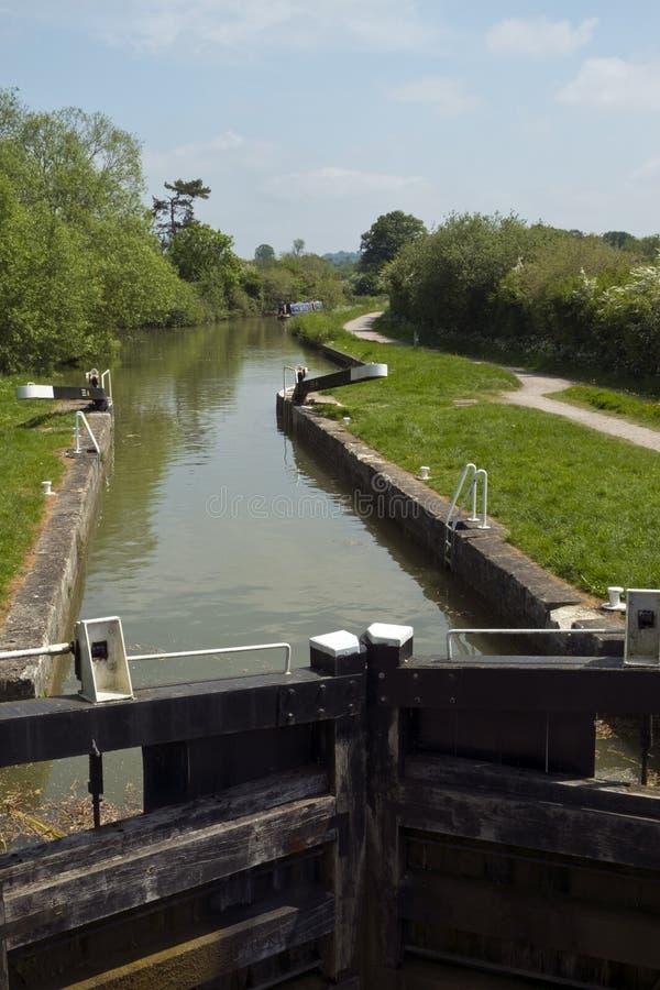 Écluse de Foxhangers inférieurs au début du vol d'écluses de Caen Hill sur le canal Kennet et Avon près de Devizes images libres de droits