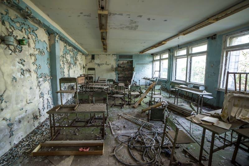 ?cole dans la ville de Ghost de Pripyat, zone d'exclusion de Chernobyl r photographie stock libre de droits