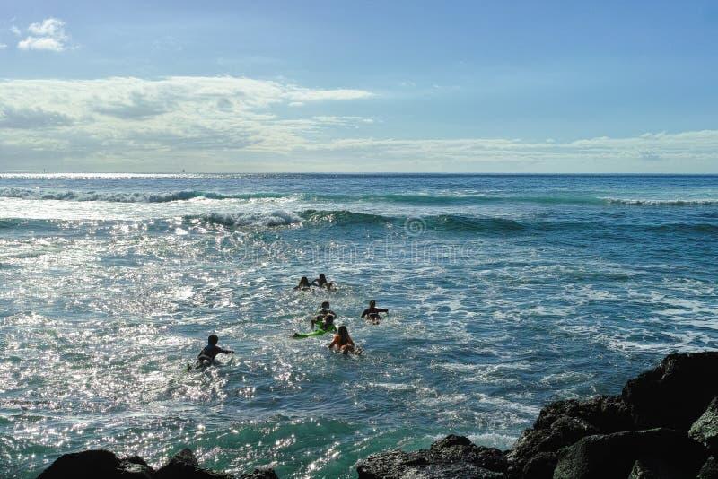 École de ressac - plusieurs étudiants de surf se sont dirigés dans un océan photo stock