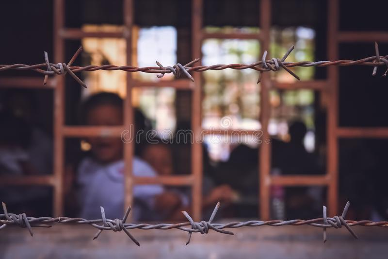 École derrière des barres au Cambodge images stock