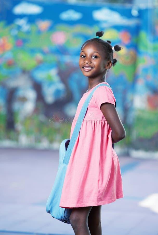 École entrante d'étudiante élémentaire afro-américaine heureuse photographie stock