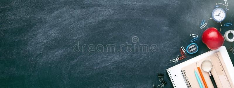 École stationnaire sur le blackkboard images libres de droits