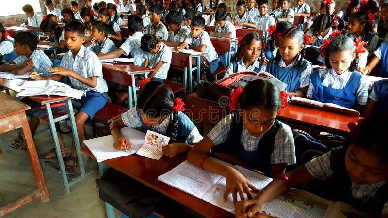 École tribale dans l'Inde image stock