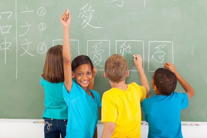 Écolière écrivant le chinois photo stock