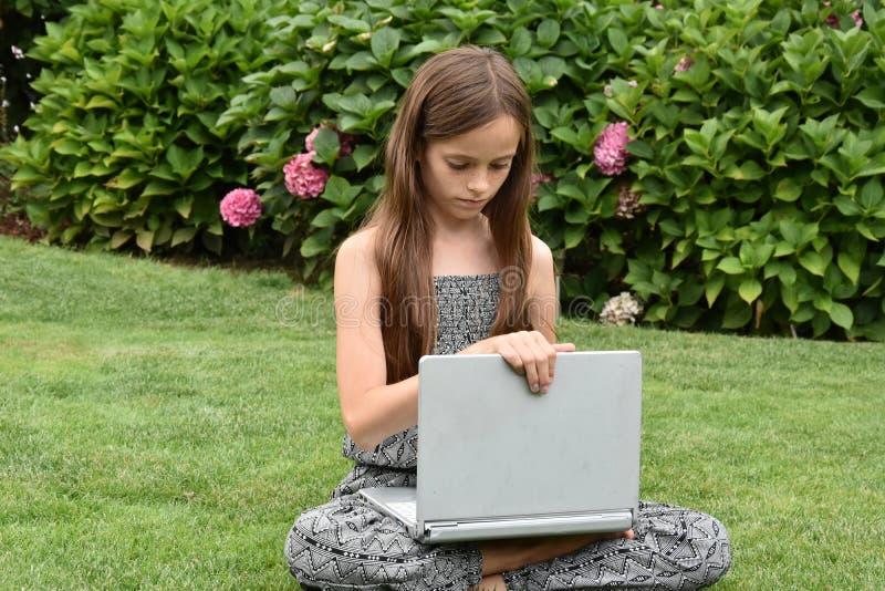 Écolière adolescente avec le carnet photographie stock