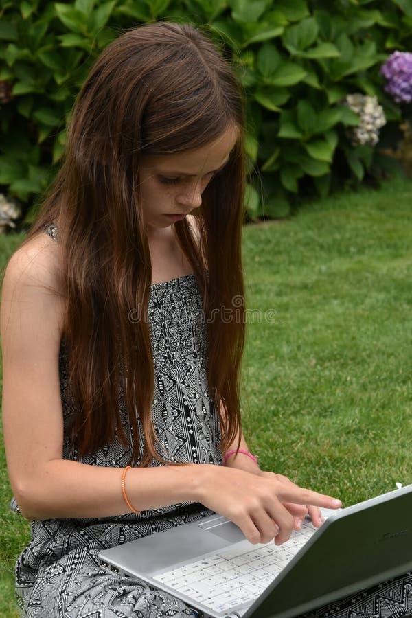 Écolière adolescente avec le carnet images libres de droits