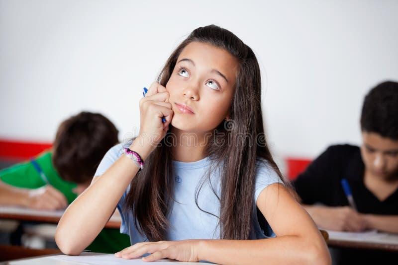 Écolière adolescente réfléchie regardant pendant photos libres de droits
