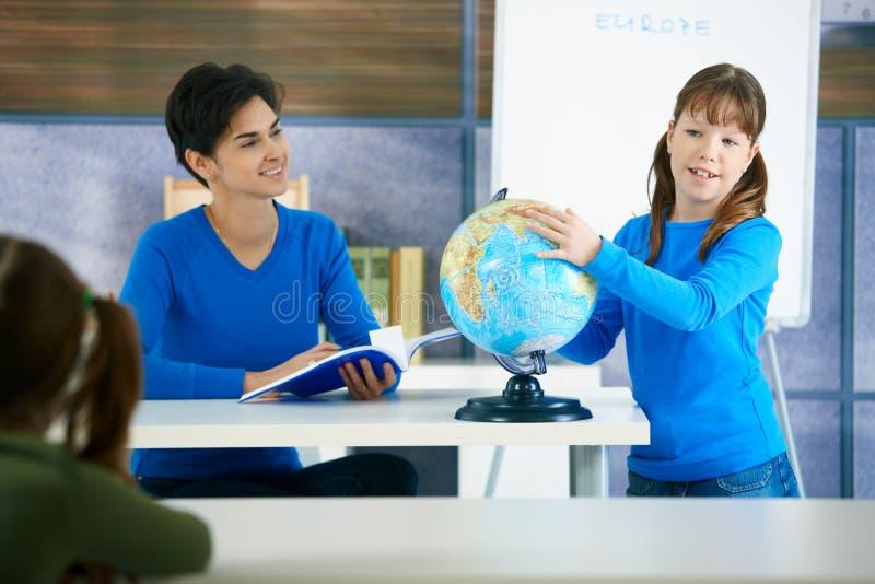 Écolière avec le globe images stock