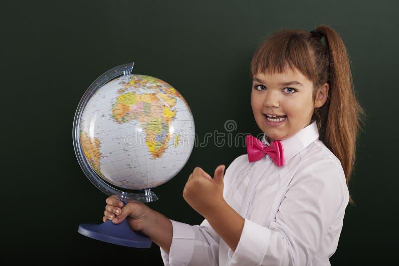 Écolière avec le globe photos libres de droits
