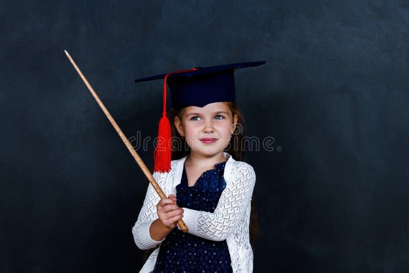 Écolière dans la salle de classe à l'école photo stock