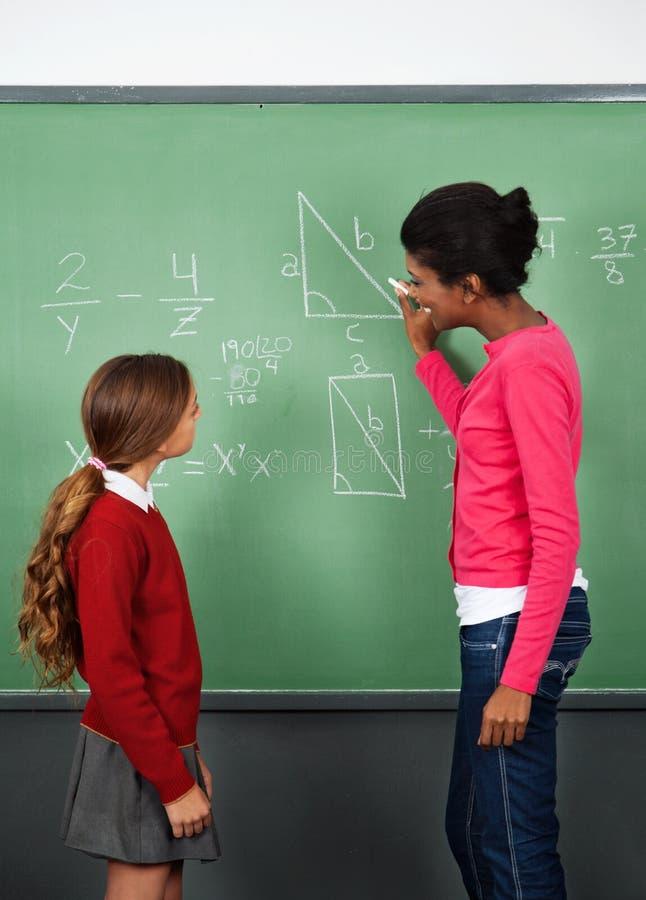 Écolière de Teaching Mathematics To de professeur féminin photos libres de droits